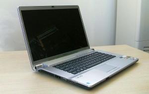 laptopi SONY - снимка отстрани